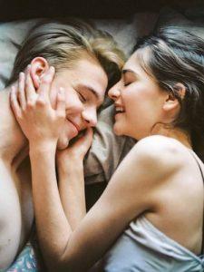 Pärchen im Bett bim Kuscheln nach dem Sex